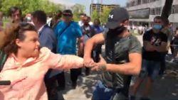 """Напрежение пред """"Тех Парк"""": Група симпатизанти на ГЕРБ проявиха агреия срещу журналисти и нападнаха момчета, снимащи с телефоните си"""