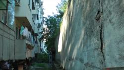 Подпорна стена заплашва да затисне жилищен блок