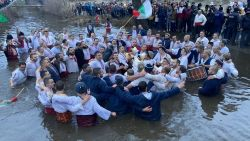 Изви се традиционното мъжко хоро в Калофер за Йордановден