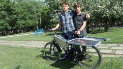 Младежи изобретиха соларно колело, с което се изминават 25 км с едно зареждане
