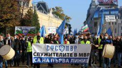 Полицаите вдигат протестен палатков лагер пред парламента