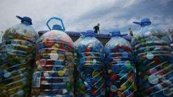 Рискът за здравето от пластмасата в питейната вода е нисък