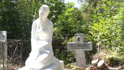 Как изглеждат гробовете на големите ни поети?