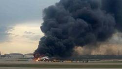 Руски самолет кацна аварийно в Москва след пожар, десетки загинаха