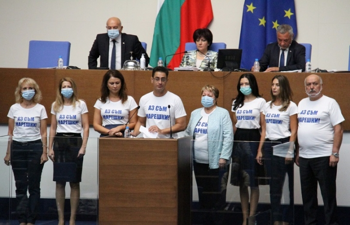 """Депутатите на """"Воля"""" облякоха тениски """"Аз съм Марешки"""""""