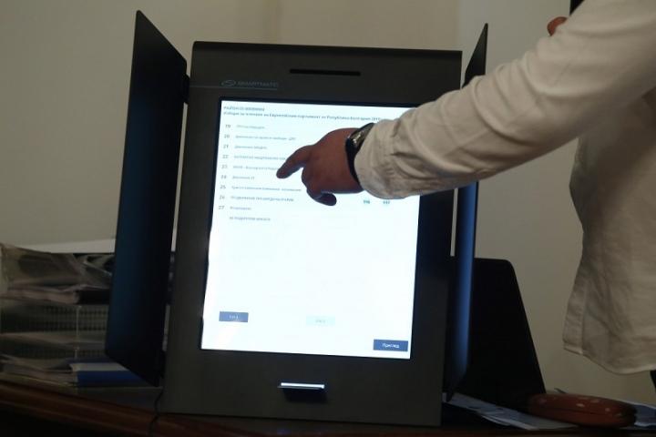 Част от лицата с достъп до машините за гласуване, са криминално проявени