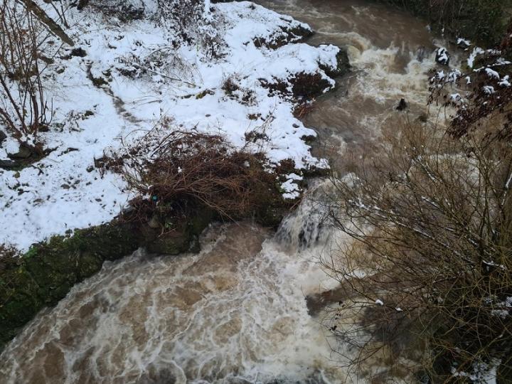 Обилни валежи в цялата страна, следят за покачване на реките