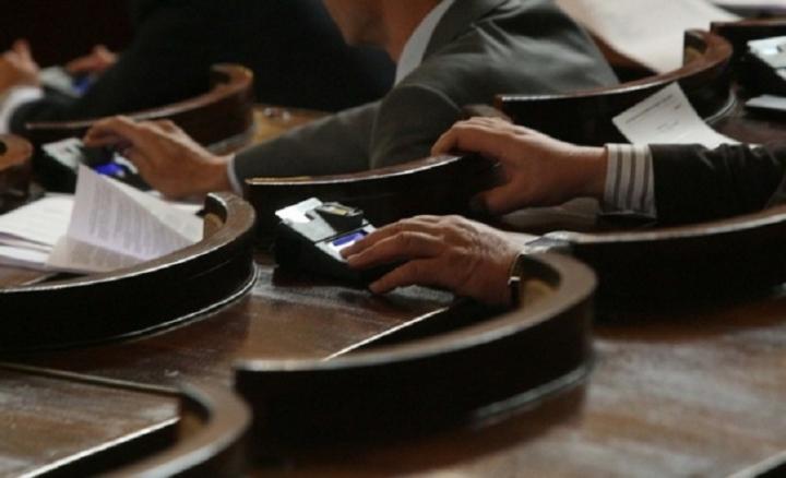Парламентът се саморазпусна до 13 април