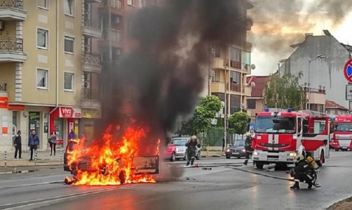 Лек автомобил изгоря насред столичен булевард