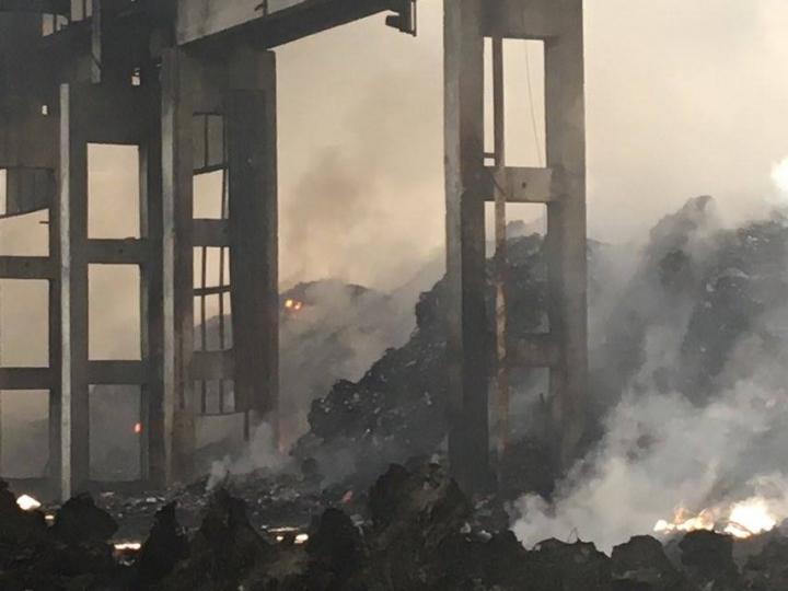 Шишманци на протест срещу завода за отпадъци, пожарът продължава трети ден