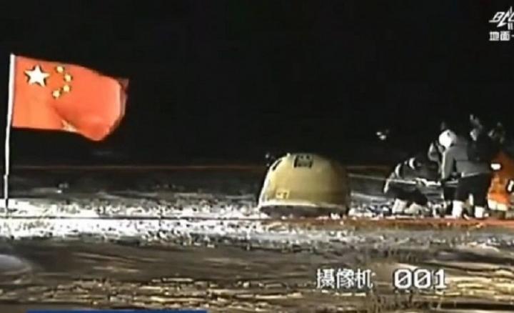 Китайската сонда с проби от Луната се завърна на Земята (видео)