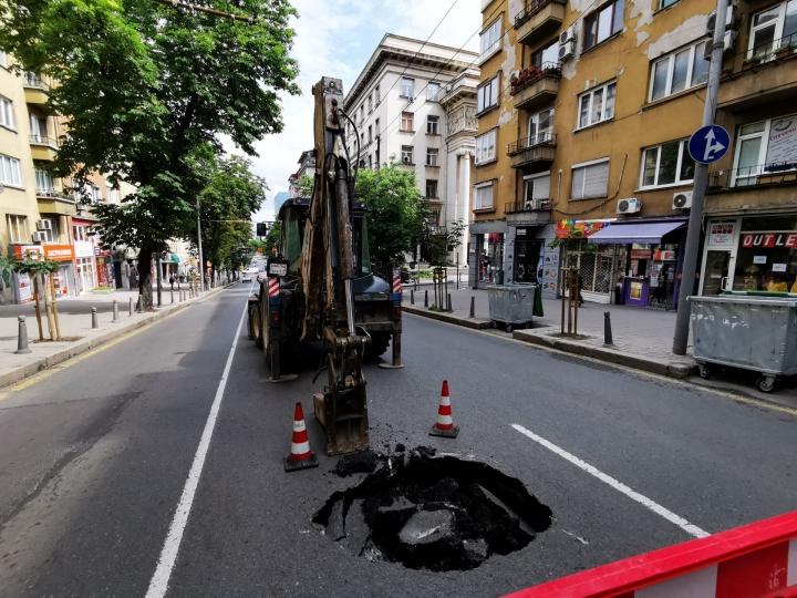 """Голяма дупка зейна в асфалта на столичната улица """"Г.С.Раковски"""" до Софийската опера"""