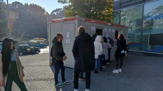 Служители на столични молове чакат на опашки за бързи антигенни тестове