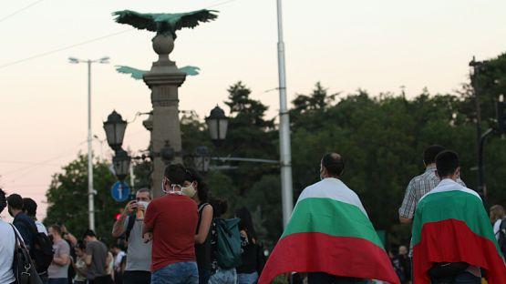 """Млади, стари, семейства и деца блокираха Орлов мост. Скандират """"Мафия!"""""""