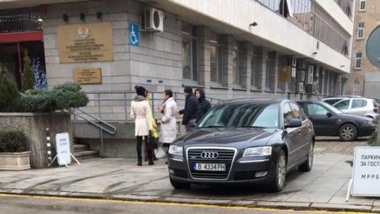 Зам. министърът на регионалното развитие Николай Нанков използва лимузина собственост на ВиК Варна