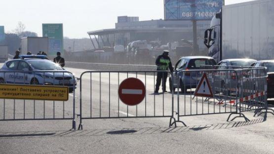 Хиляди на опашка да влязат в София, полицията връща десетки