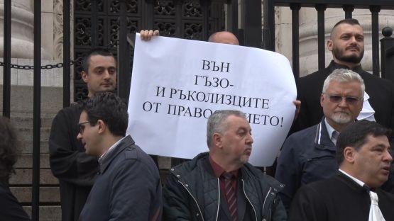 Защо адвокати излязоха на протест в битка за правова държава?
