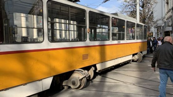 Трамвай излезе от релсите, удари жена пред Съдебната палата